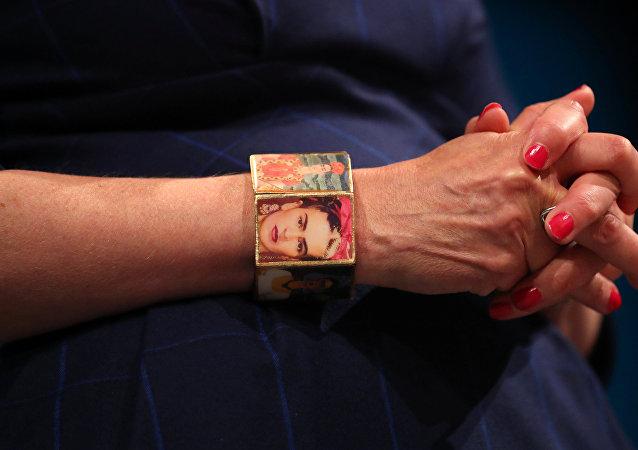 Frida Kahlo bileziği takan İngiltere Başbakanı'nın başına gelmeyen kalmadı