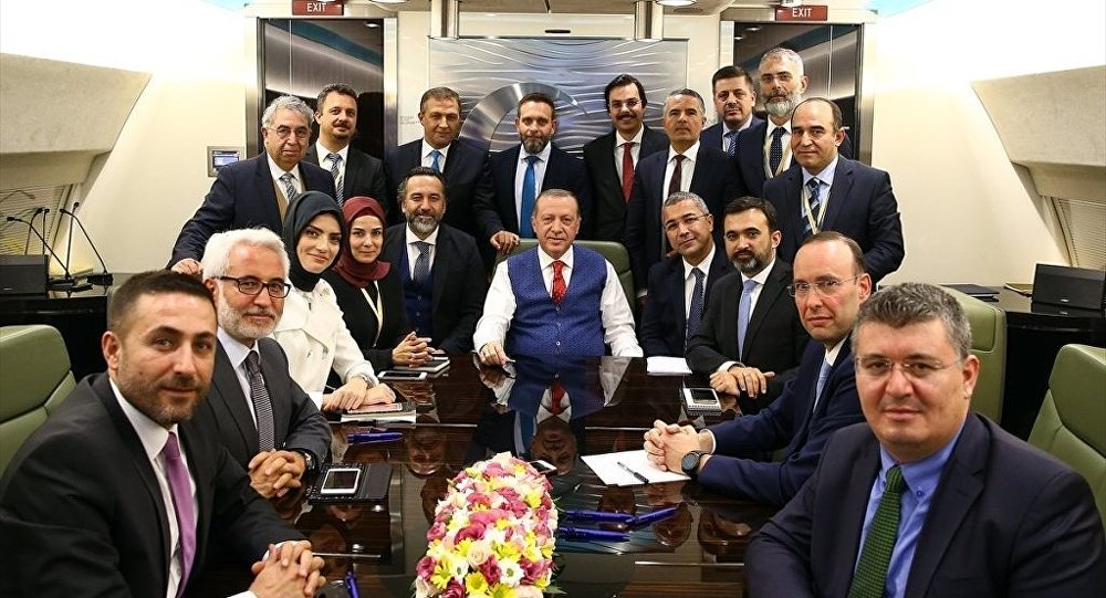 Cumhurbaşkanı Recep Tayyip Erdoğan, İran dönüşünde uçakta kendisini takip eden gazetecilerle sohbet etti