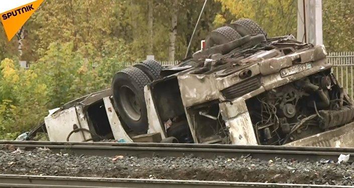 Finlandiyada tren, askeri araçla çarpıştı: 4 kişi öldü 13