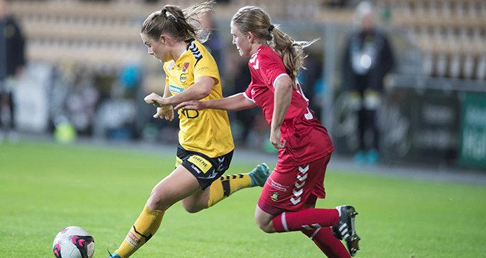 LSK Kvinner takımı oyuncusu Emilie Haavi ve Brondby oyuncusu Emilie Henriksen
