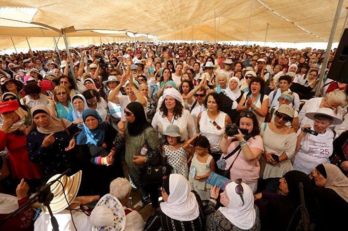 Filistinli ve İsrailli binlerce kadın, barış sürecini desteklemek için Batı Şeria'nın Ürdün sınırındaki Eriha kenti yakınında yürüyüş düzenledi.