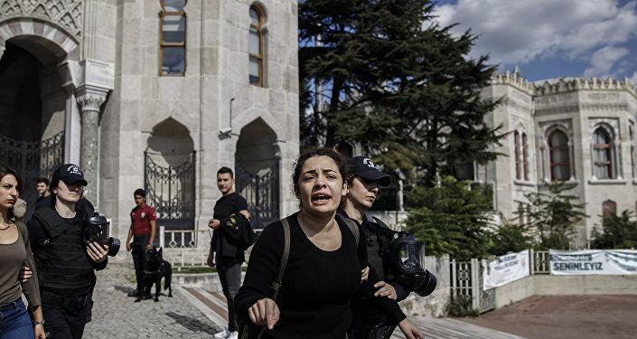 İstanbul Üniversitesi'ndeki 10 Ekim anmasına polis müdahalesi