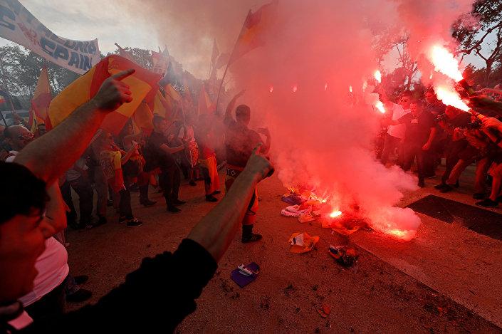 Aşırı sağcı göstericiler Katalan ayrılıkçıların bayrağı 'Esteleda'yı yaktı