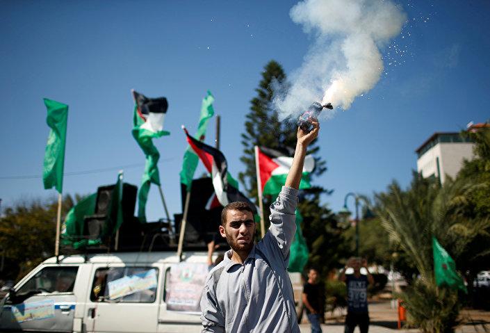 Hükümet Sözcüsü Yusuf el Mahmud, Hamas ve Fetih heyetlerinin uzlaşı anlaşmasını imzalamasının ardından yaptığı yazılı açıklamada, hükümetin, Gazze halkının sıkıntılarını sona erdirmeyi de kapsayan tüm sorumluluklarını derhal teslim almaya hazır olduğunu belirtti.
