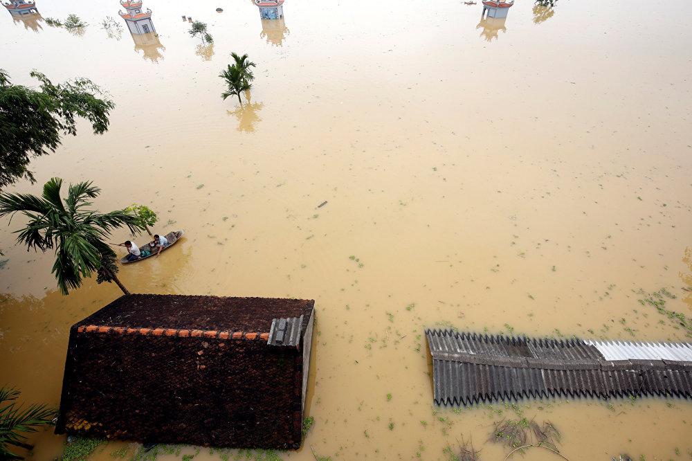 Vietnam'da fırtına ve şiddetli yağışların yol açtığı sel ve toprak kaymalarında hayatını kaybedenlerin sayısı 54'e çıktı.