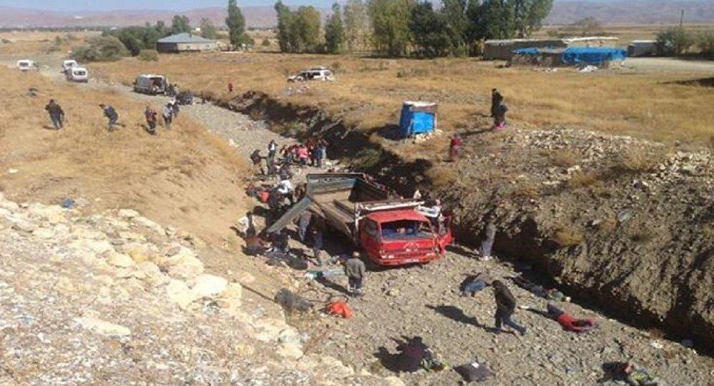 Hakkari'de kamyonet şarampole yuvarlandı