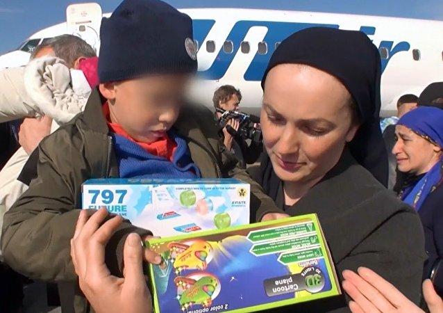 Irak'tan beş Rusyalı çocuk Grozni'ye getirildi