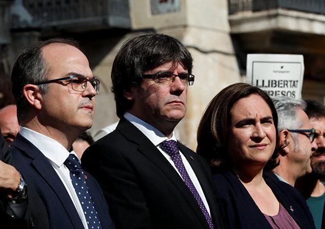 Katalonya Özerk Yönetimi Başkanı Carles Puigdemont (ortada), Katalonya hükümet sözcüsü Jordi Turull (solda)