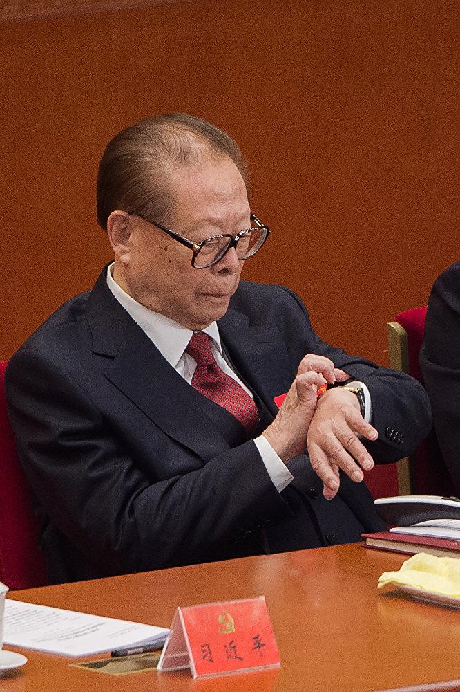 Öte yandan Şi'nin konuşması 205 dakika sürdü. Konuşma sırasında eski lider Ciang Zemin'in saatine bakması da dikkat çekti.