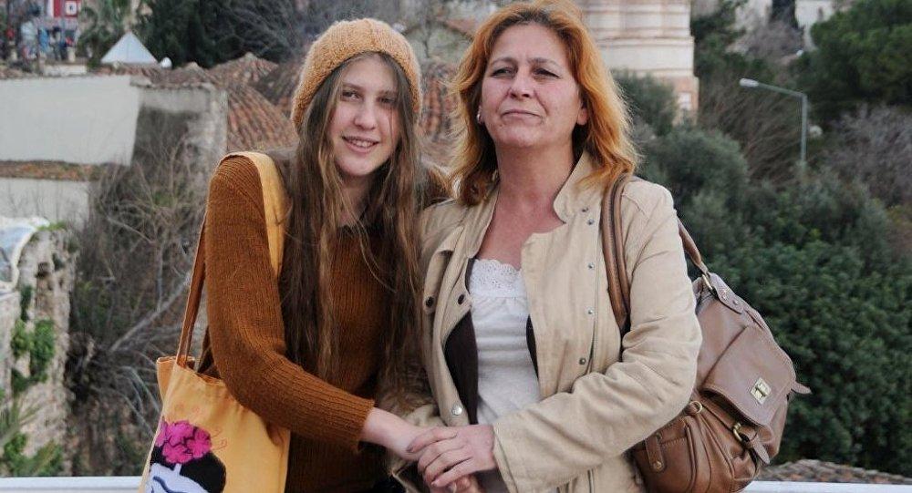 'Kırmızı fularlı kız' olarak bilinen Ayşe Deniz Karacagil ve annesi Nuray Erçağan