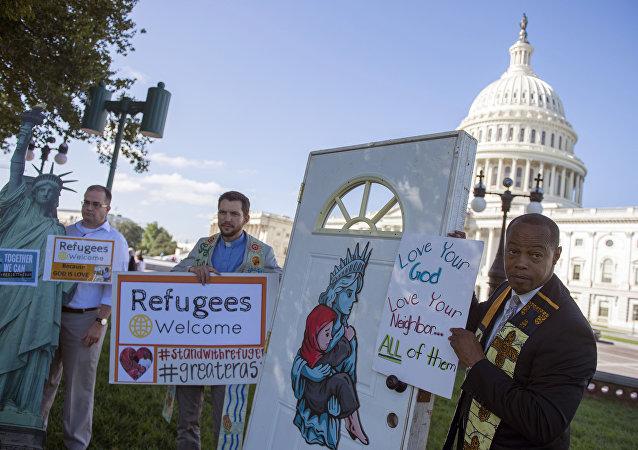 Trump'ın 'mülteci yasağını' Kongre binası önünde protesto eden eylemciler
