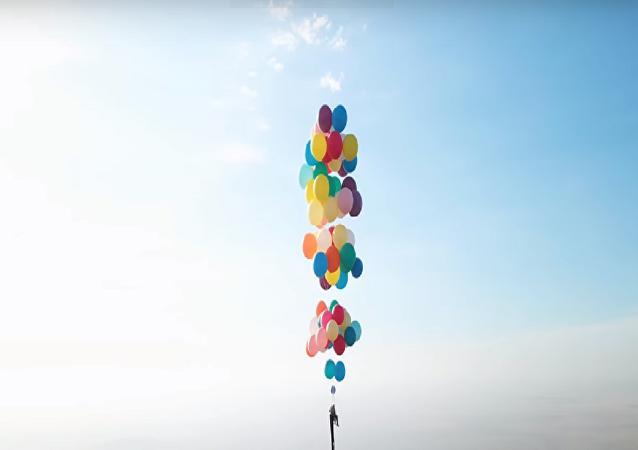 Balonlarla uçtu - Videohaber