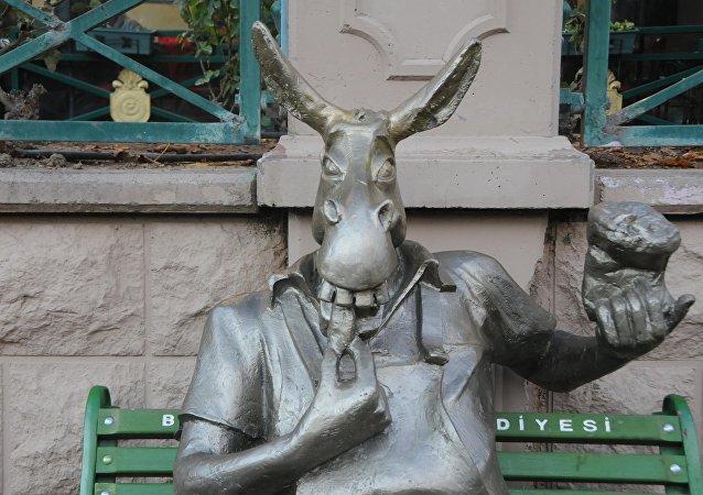 'Çekirdek çitleyen eşek' heykeli