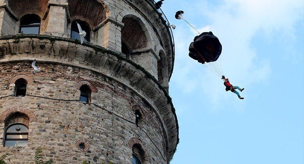 Cengiz Koçak, Galata Kulesi'nden atladı
