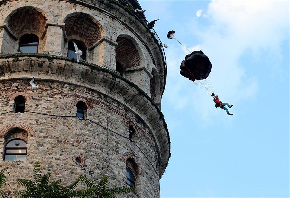 Ekstrem sporcu Koçak, Galata Kulesi'den atladı