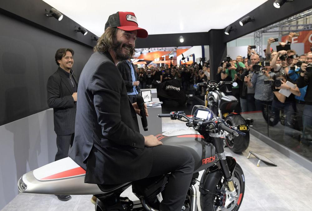 Ünlü Hollywood oyuncusu Keanu Reeves ve yapımcı Gard Hollinger, Harley-Davidson modeli temelinde motosikletler üreten kendi şirketleri Arch Motorcycle'i tanıtmak için fuara geldi.