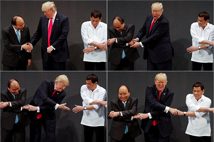 Etrafındaki liderlere bakarak kısa süre şaşkınlık yaşayan Trump'ın, yanında duran Duterte'nin eline uzanmakta zorlandığı kameralara yansıdı. Trump'ın şaşkınlığı liderleri de gülümsetti.