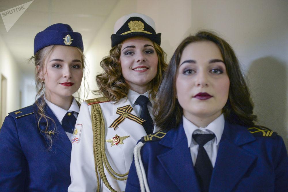 Rusya'nın St. Petersburg kentinde 'St. Petersburg'un Güzeli ve Gururu' yarışması düzenlendi. Kentin en güzel üniformalı kadın öğrencilerinin yarıştığı yarışmanın finalistleri Sputnik'in galerisinde.