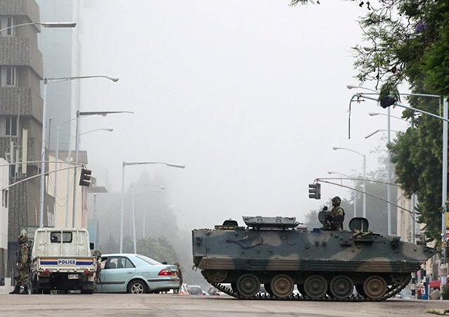 Zimbabve ordusu başkent Harare sokaklarında devriye geziyor