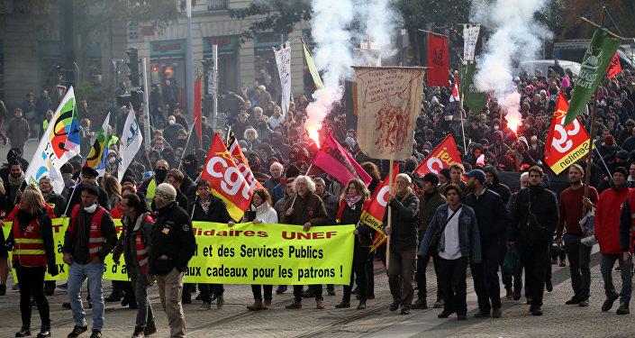 Paris'te Macron'un reformları protesto edildi