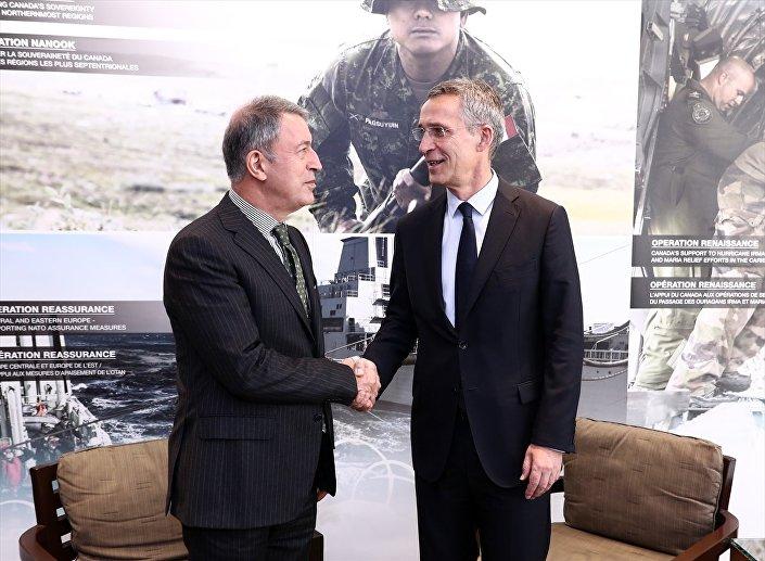 Kanada'da düzenlenen Halifax Uluslararası Güvenlik Forumu'na katılan Orgeneral Hulusi Akar ve NATO Genel Sekreteri Stoltenberg bir araya geldi.