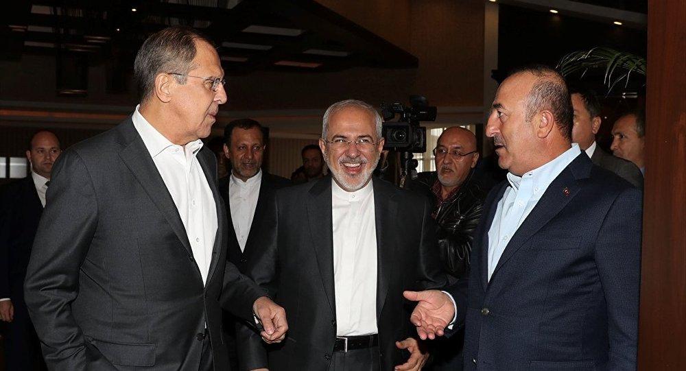 ışişleri Bakanı Mevlüt Çavuşoğlu (sağda), Rusya Dışişleri Bakanı Sergey Lavrov (solda) ve İran Dışişleri Bakanı Cevad Zarif (ortada)