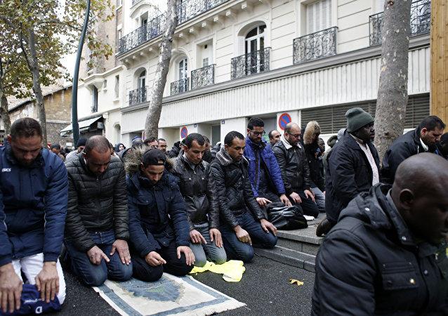 Fransa'da sokakta namaz kılmak yasaklanıyor