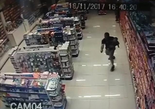 Polis, kucağında çocukla hırsızlara ateş etti (VIDEO)