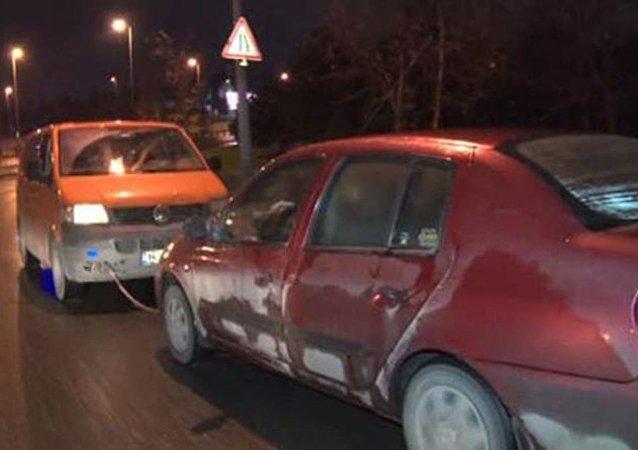 Minibüs sürücüsü, arabayı halatla kilometrelerce geri geri çekti