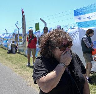 Arjantin'de askeri üste kayıp denizaltı mürettebatı için ağlıyorlar