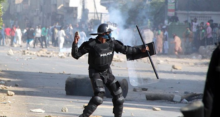 Pakistan polisi göstericilere müdahale etti