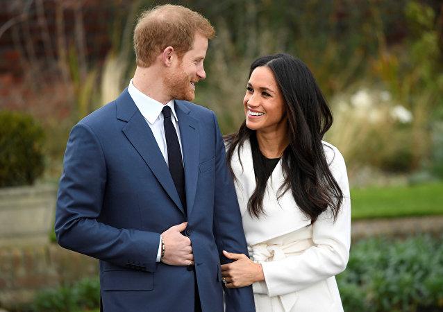 Evlenecekleri açıklanan Presn Harry ile nişanlısı Maghan Markle basın mensuplarına poz verdi