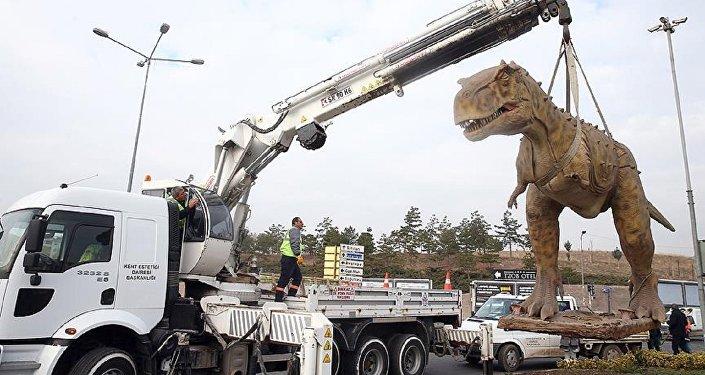 Ankara'da kaldırılan T-Rex heykeli