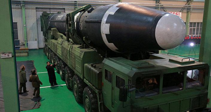 Kuzey Kore lideri Kim Jong-un ve yeni geliştirilen 'Hwasong-15' kıtalararası balistik füzesi