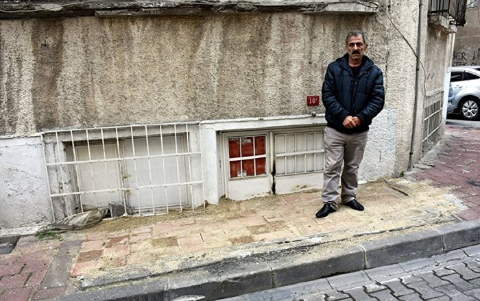 Belediye, kapısına kaldırım ördü: Evine giremiyor