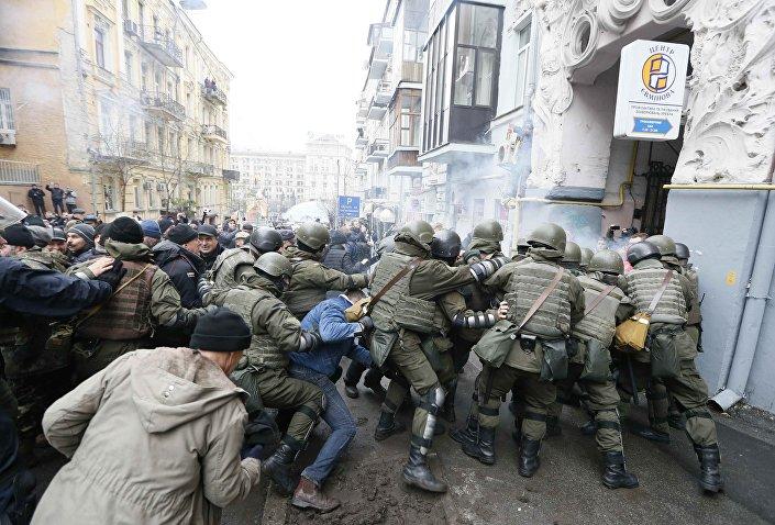 Bina önünde yoğun güvenlik önlemi alan polisle Saakaşvili'nin destekçileri arasında arbede de yaşandı.