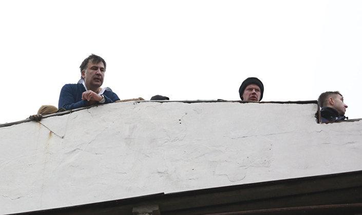 Güvenlik güçlerinden kaçmaya çalışan Saakaşvili, o sırada evin çatısına çıktı ve kendisine dokunulması halinde aşağı atlamakla tehdit etti.