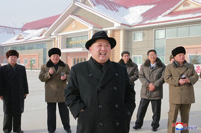 Kuzey Kore lideri Kim Jong-un patates unu fabrikasını teftişte