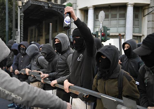 Atina'da 9 yıl önce polis tarafından öldürülen Aleksis Grigoropoulos için yapılan anma eylemi