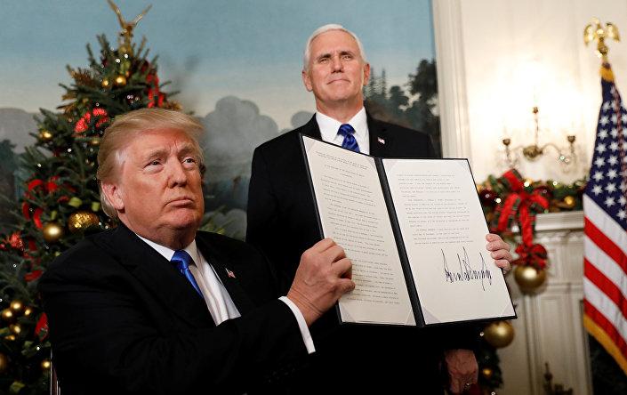Kararı 'tarihi' olarak nitelendiren Netanyahu, ABD Başkanı Donald Trump'ın, Kudüs'ü İsrail'in 'başkenti' olarak tanıma ve ABD büyükelçiliğini buraya taşıma hazırlığı yönündeki cesur ve adil kararından dolayı derin memnuniyet duyuyoruz dedi.