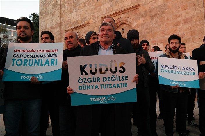 Bursa'da, sabah namazının ardından Ulu Cami önünde toplanan grup, 'Mescid-i Aksa Onurumuzdur', 'Kudüs Özgür Değilse Dünya Tutsaktır' yazılı dövizler taşıyarak, 'Müslüman uyuma kardeşine sahip çık' sloganları attı.