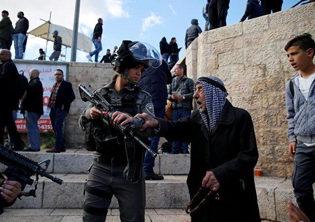 Kudüs Şam Kapısı'ndaki gösterilerde bir İsrail polisi ile tartışan Filistinli