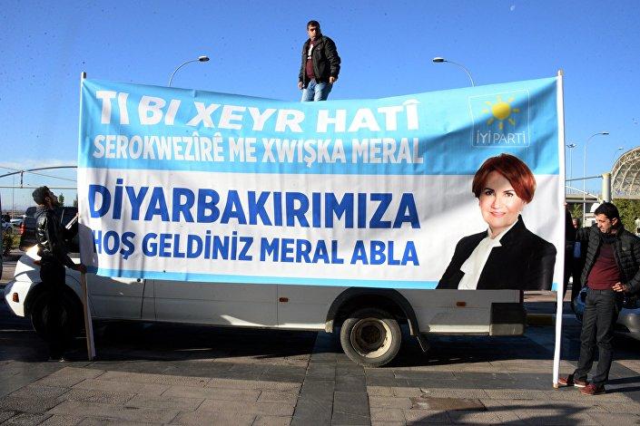 Akşener, Diyarbakır'da Kürtçe, Zazaca ve Türkçe pankartlarla karşılandı.
