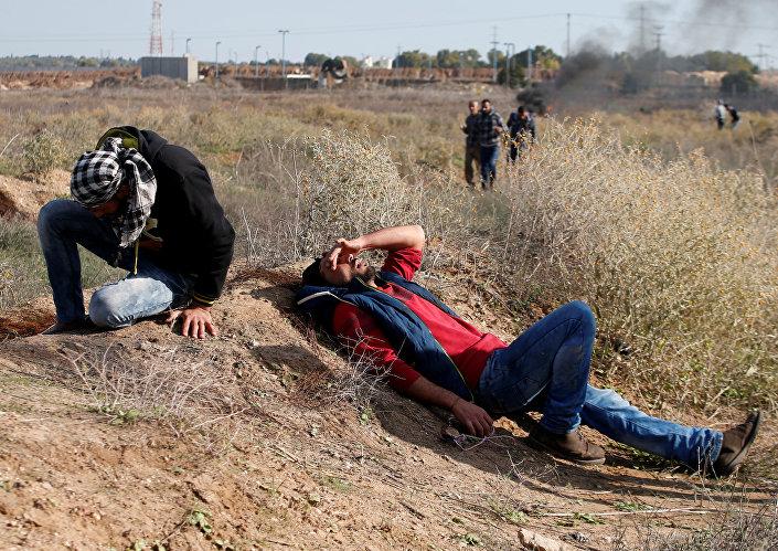 İsrail askerleri, Gazze'deki protestolarda da göz yaşartıcı gaz kullandı.