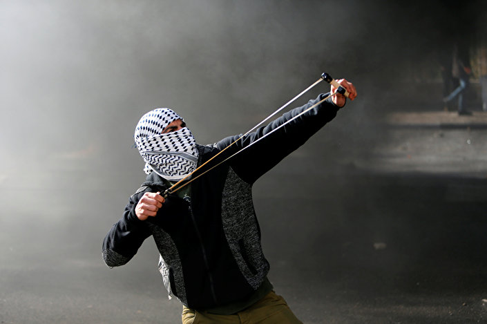 Beytüllahim'de İsrail güçlerine taş atan bir Filistinli