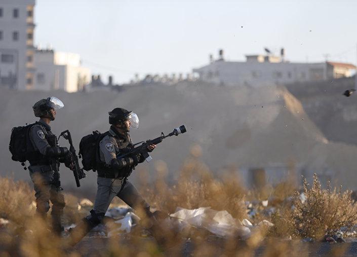 Ramallah'ta kontrol noktasına yakın bir alanda Filistinlilere müdahale eden İsrail güçleri