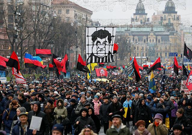 Eski Gürcistan Devlet Başkanı ve Odessa Valisi Mihail Saakaşvili yanlıları, bugün başkent Kiev'de önce yürüyüş, ardından miting düzenledi.