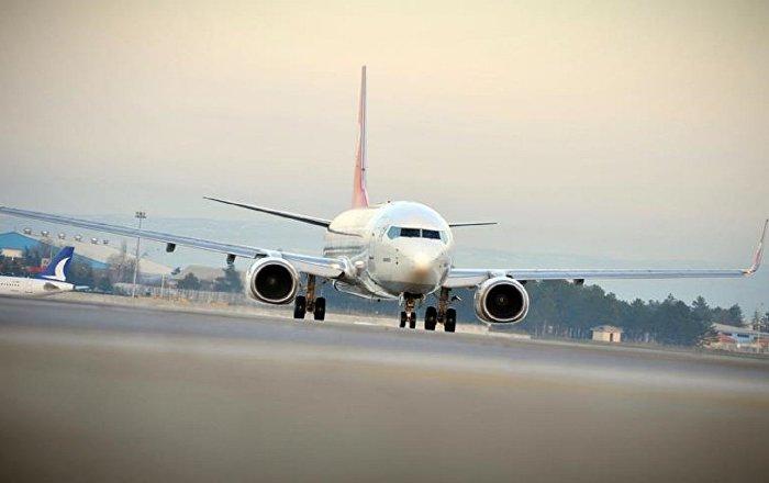 Havada yıldırım temas eden yolcu uçağı acil iniş yaptı