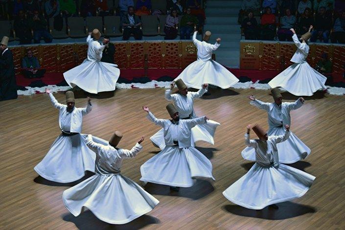 Mevlana'nın 744. Vuslat Yıl Dönümü Uluslararası Anma Törenleri kapsamında, Kültür ve Turizm Bakanlığı Konya Türk Tasavvuf Müziği Topluluğu üyeleri, Mevlana Kültür Merkezi'nde sema gösterisi düzenledi.
