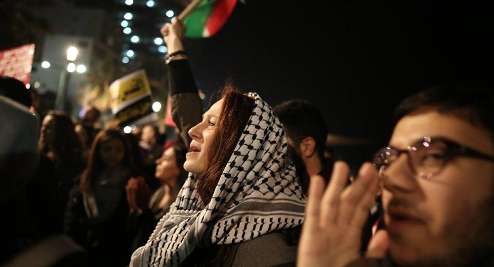 Tel Aviv'deki ABD Büyükelçiliği önünde protesto